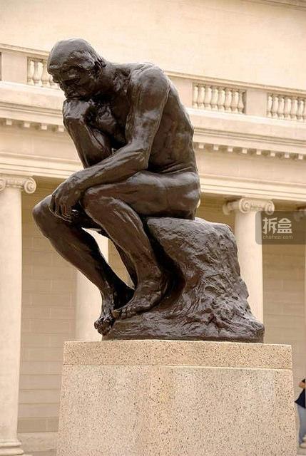 就是以罗丹著名的 沉思者雕塑 为创意.